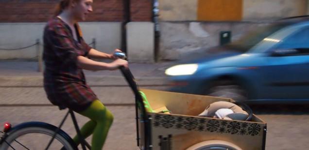 Dzieciaki w rowerach cargo